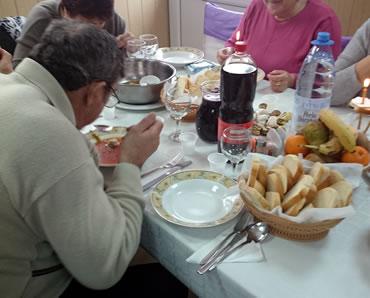 Servit masa la pomana